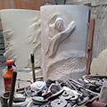 Panoramica con gli attrezzi dello scultore, l'ambone in lavorazione e, dietro, la prova in polistirolo