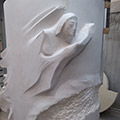 Lo scultore ha iniziato a rimuovere materiale e, pian piano, sta prendendo forma la figura dell'angelo